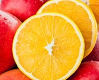 Primer de frutas frescas: manzanas y naranjas cortadas Fotos de archivo libres de regalías
