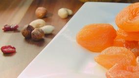 Primer de frutas secadas y de nueces que mienten en la placa