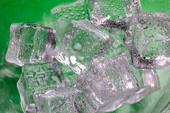 Primer de fusión de los cubos de hielo encendido Foto de archivo libre de regalías