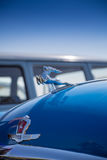 """Primer de GAZ-21 de """"Volga"""" del coche del logotipo Imágenes de archivo libres de regalías"""