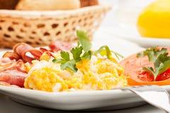 Primer de huevos revueltos con tocino Imagen de archivo