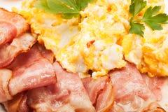 Primer de huevos revueltos con tocino Imagenes de archivo