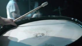 Primer de jugar en los tambores en el club nocturno metrajes