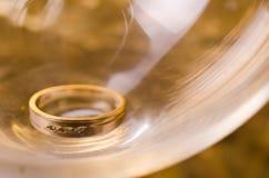 Primer de la alianza de boda Fotografía de archivo libre de regalías