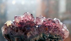 Primer de la amatista de la piedra preciosa como parte de geoda del racimo llenada de los cristales de cuarzo de la roca libre illustration