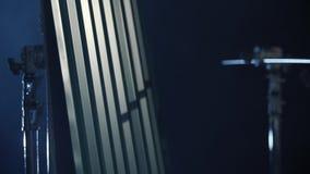 Primer de la antorcha industrial del butano cerca del apartadero gris del metal en oscuridad Equipo del gas almacen de metraje de vídeo