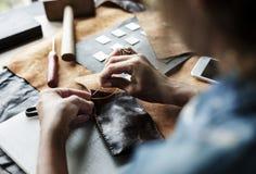 Primer de la artesanía de cuero de costura del artesano imagenes de archivo