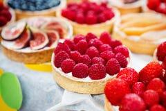 Primer de la bandeja del postre de la tarta de frambuesa clasificada Fotos de archivo libres de regalías