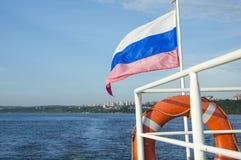 Primer de la bandera en la popa de un barco recreativo Fotografía de archivo