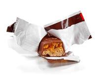 Primer de la barra de chocolate aislado en blanco Imagen de archivo libre de regalías