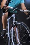 Primer de la bici de la raza. aislado sobre negro Foto de archivo libre de regalías
