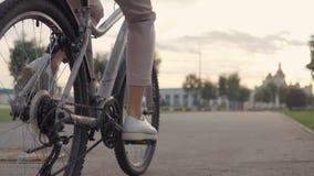 Primer de la bici del montar a caballo de la mujer almacen de metraje de vídeo