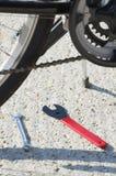 Primer de la bicicleta con las herramientas Imagen de archivo libre de regalías