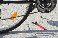 Primer de la bicicleta con las herramientas Fotografía de archivo libre de regalías