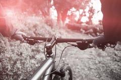 Primer de la bicicleta masculina del montar a caballo del motorista de la montaña Foto de archivo libre de regalías
