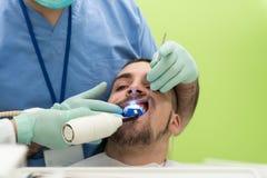 Primer de la boca abierta del paciente durante chequeo oral Fotografía de archivo