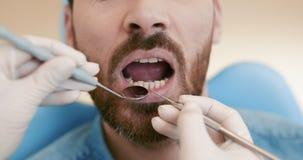 Primer de la boca abierta paciente durante chequeo oral con el espejo cerca cerca almacen de video