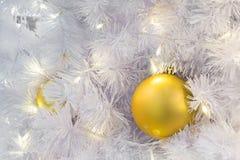 primer de la bola de discoteca adornado en el árbol de navidad Imagen de archivo
