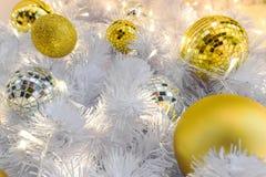 primer de la bola de discoteca adornado en el árbol de navidad Imágenes de archivo libres de regalías