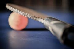 Primer de la bola de los tenis de mesa y de la estafa de tenis de mesa Fotografía de archivo libre de regalías