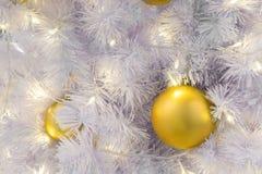 primer de la bola de discoteca adornado en el árbol de navidad Foto de archivo