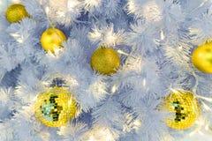 primer de la bola de discoteca adornado en el árbol de navidad Foto de archivo libre de regalías