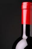 Primer de la botella de vino rojo Imagen de archivo libre de regalías