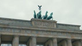 Primer de la cámara lenta de caballos en la restauración de la puerta de Brandeburgo En la capital de Alemania, Berlín r almacen de metraje de vídeo