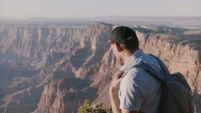 Primer de la cámara lenta del hombre turístico joven feliz con la mochila emocionada por el panorama increíble del verano Grand C almacen de metraje de vídeo