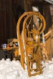 Primer de la cabaña de madera del invierno de la nieve del trineo Foto de archivo libre de regalías