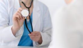 Primer de la cabeza del estetoscopio del control del doctor de la medicina Médico listo para examinar y para ayudar al paciente A Foto de archivo libre de regalías