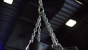 Primer de la cadena de plata del saco de arena de ocsilaci?n en fondo negro del techo Cantidad com?n Deportes y entrenamiento almacen de video