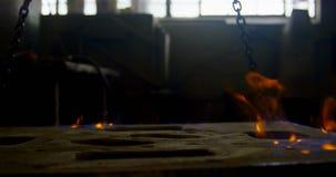 Primer de la calefacción del molde en el taller 4k de la fundición metrajes