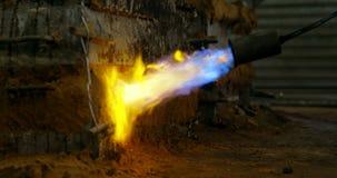 Primer de la calefacción del molde de metal con la lámpara de soldar en el taller 4k de la fundición almacen de video