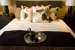 Primer de la cama del dormitorio   Foto de archivo