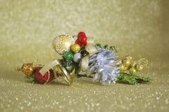 Primer de la campana de la Navidad del oro en fondo de oro de la falta de definición Foto de archivo libre de regalías