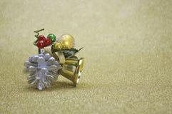 Primer de la campana de la Navidad del oro en fondo de oro de la falta de definición Fotos de archivo