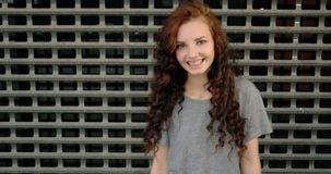 Primer de la cara adolescente feliz de la muchacha delante de la cerca del metal metrajes