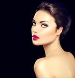 Primer de la cara de la mujer de la belleza aislado en negro imagenes de archivo