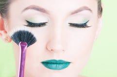 Primer de la cara de la mujer que lleva maquillaje profesional Imagenes de archivo