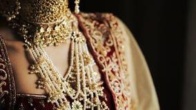 Primer de la cara de la novia india hermosa adornada con las cadenas de oro metrajes