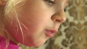 Primer de la cara feliz de la niña que lee emocionalmente 4K UltraHD, UHD metrajes
