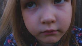 Primer de la cara de una pequeña muchacha seria hermosa almacen de video