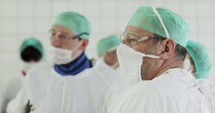 Primer de la cara vieja del doctor durante el funcionamiento metrajes