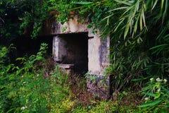 Primer de la casa colonial portuguesa en el medio del bosque en Angola imágenes de archivo libres de regalías