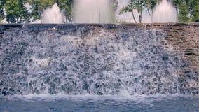 Primer de la cascada Cascada del río Agua que cae abajo sobre la cascada de piedra almacen de metraje de vídeo