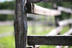 Primer de la cerca de madera en una escena rural de las tierras de labrantío del corral Fotografía de archivo