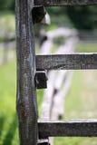 Primer de la cerca de madera en una escena rural de las tierras de labrantío del corral Imagenes de archivo