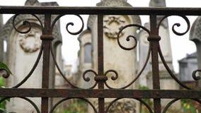 Primer de la cerca vieja en el cementerio judío viejo almacen de metraje de vídeo