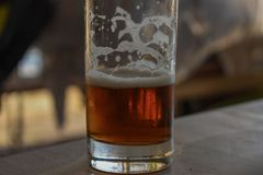 Primer de la cerveza del arte en vidrio transparente Foto de archivo